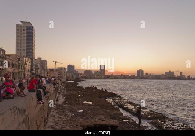 Malecon Promenade bei Sonnenuntergang, Havanna Vieja, Kuba Stockbild