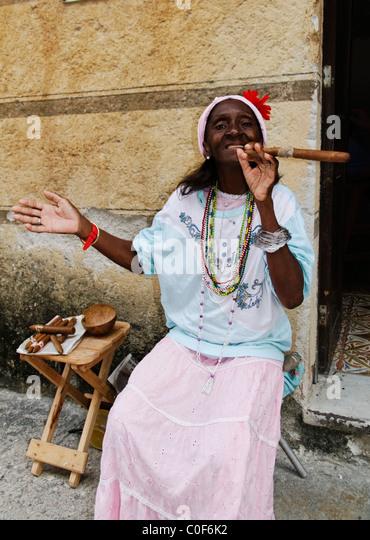 Alten kubanischen Lady posiert mit Zigarren, Havanna-Kuba Stockbild