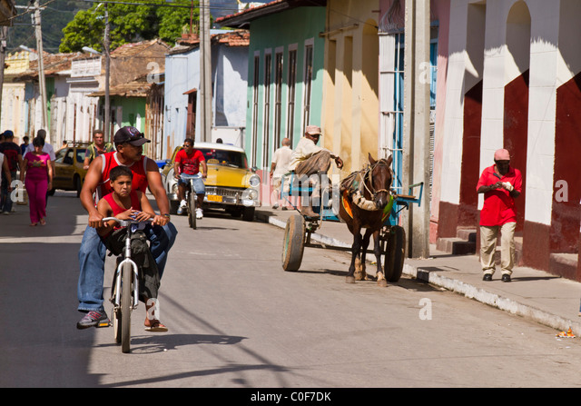 Straßenszene, Mann mit Pferd auf Hauptstraße, Oldtimer, Trinidad Kuba Stockbild