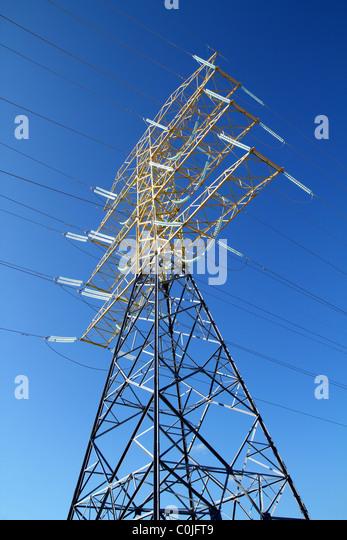 hohe elektrische Turmstruktur am blauen Himmel Stockbild