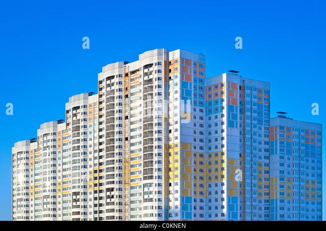 Neubau Wohnung auf Himmelshintergrund. Stockbild