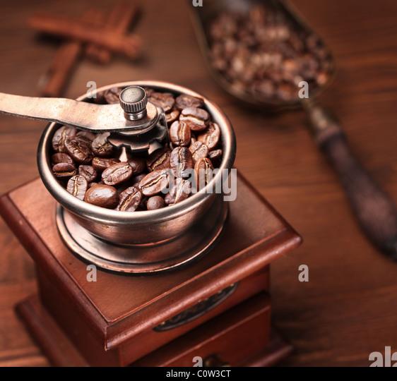 Gerösteter Kaffeebohnen werden in einer Kaffeemühle. Stockbild