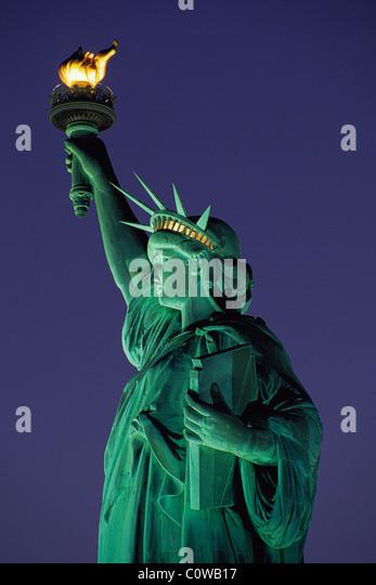 Dämmerung Foto des Rumpfes im Profil der Statue of Liberty mit Fackel und Tablet auf Liberty Island, New York, Stockbild