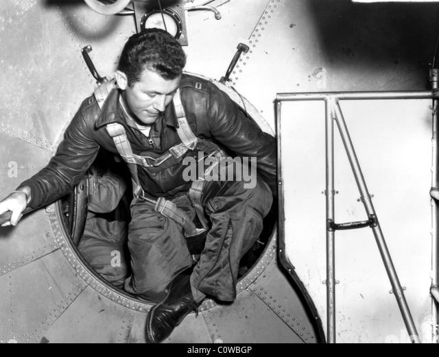 """Captain Charles E. """"Chuck"""" Yeager überträgt aus einer b-29 der Bell X-1a. Stockbild"""