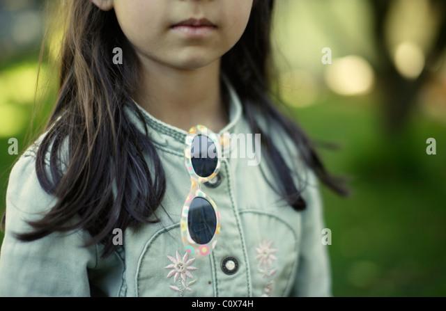 Mädchen in Jeansjacke mit Sonnenbrille Stockbild