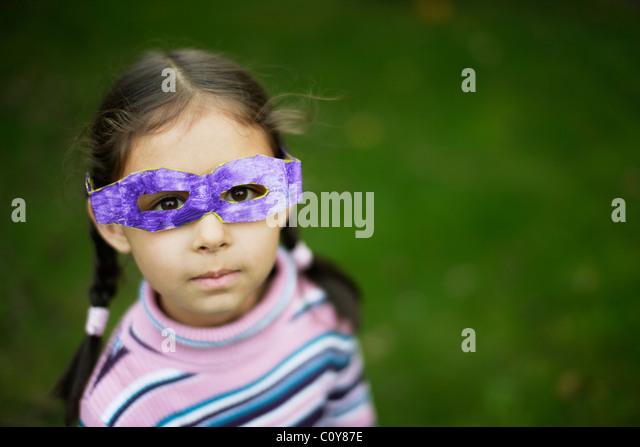 Mädchen mit ihrem Karton Schutzbrille, die sie in der Schule gemacht Stockbild