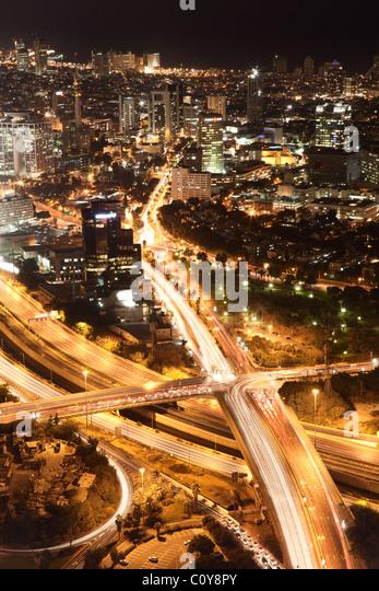 Nächtliche Stadt, Tel Aviv in der Nacht, Kreuzung Verkehr Stockbild