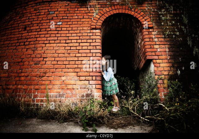 Mädchen steht in Bögen der verfallenen Steinofen Stockbild