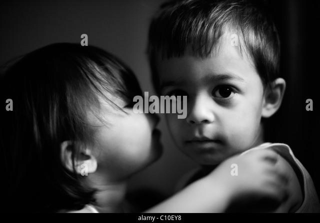Der Kuss, jungen im Alter von drei, Mädchen im Alter von zwei. Stockbild