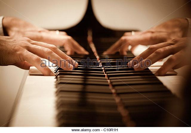 Nahaufnahme von männlichen Händen Klavier spielen. Horizontale Form, Textfreiraum Stockbild