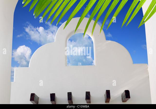 Mexikanische Architektur weißen Bogen blauer Himmel in Riviera Maya Stockbild