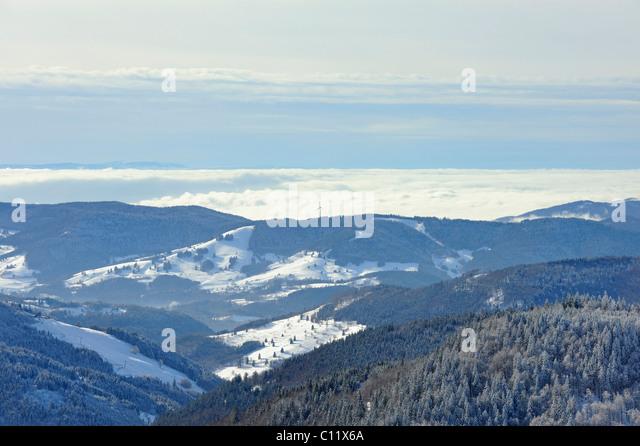 Blick vom Mt. Feldberg auf den winterlichen Wiesental und die Hügel des Hochschwarzwaldes, Landkreis Breisgau Stockbild