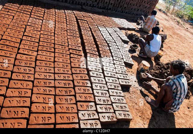Indische Männer Haus Ziegel kaufen Hand mit Schimmel und nassen Lehm / Schlamm in der ländlichen indische Stockbild