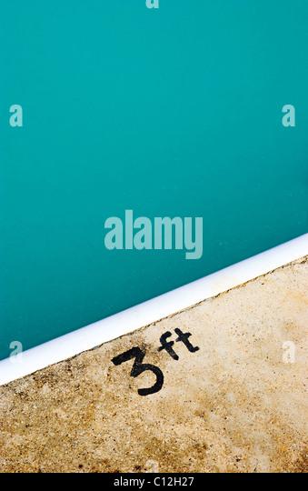 Ein Schwimmbad mit einem 3ft Schild gemalt auf den Rand des Pools. Stockbild