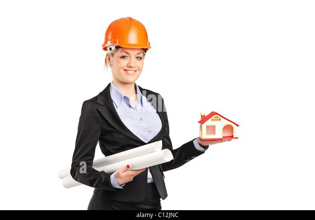 Ein Lächeln auf den Lippen Vorarbeiterin holding eines Musterhauses und Baupläne Stockbild