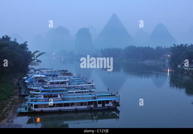 Schiffe am Li-Fluss bei Yangshuo in Guilin Region von China Stockbild