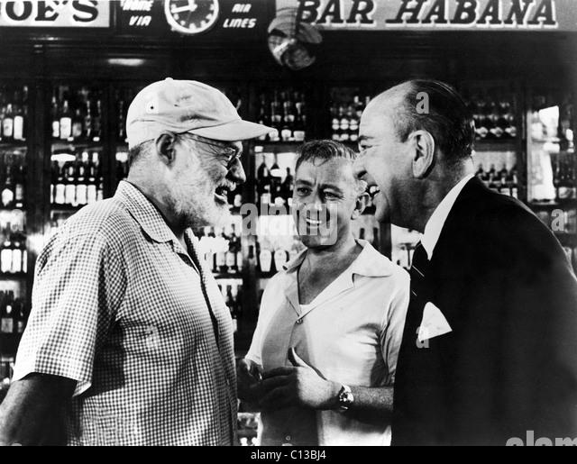 Schriftsteller ERNEST HEMINGWAY plaudert mit Schauspieler ALEC GUINNESS und NOEL COWARD in Sloppy Joes Bar bei einem Stockbild