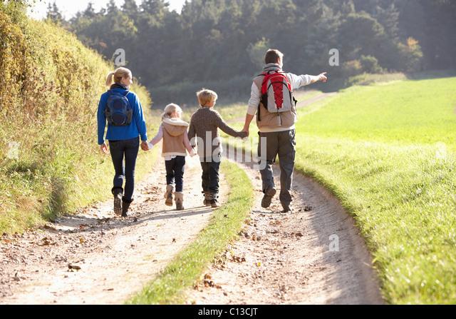 Junge Familie Wandern im park Stockbild