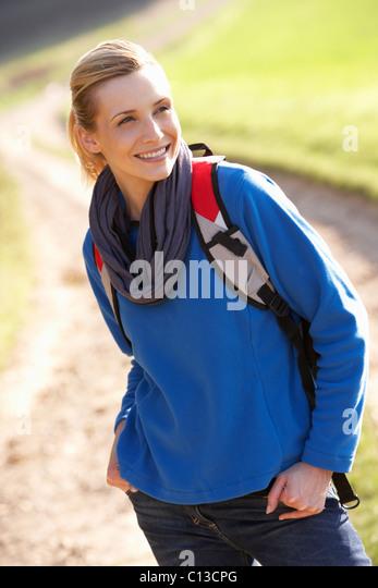 Junge Frau posiert im park Stockbild
