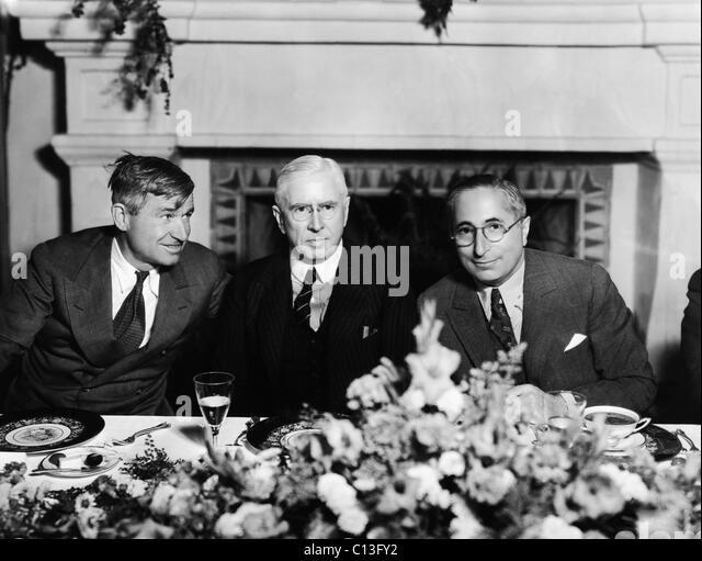 """Von links: Will Rogers, Historiker Mark Sullivan (Autor von """"Unserer Zeit""""-Serien), Mayer, bei einem Mittagessen Stockbild"""