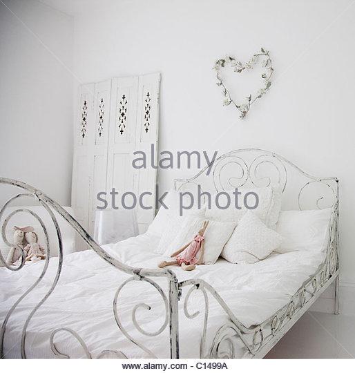 Weiße, altmodische Bett im eleganten Schlafzimmer Stockbild