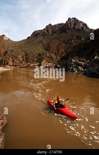 Wildwasser-Kanuten paddeln flussabwärts während einer Flussfahrt auf dem Salt River, AZ. Stockbild