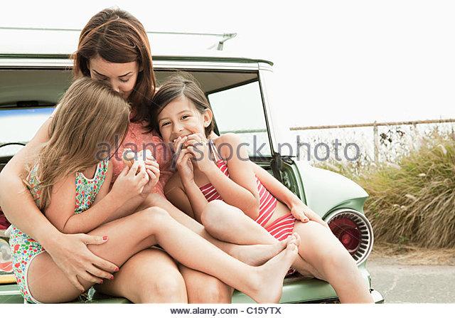 Mutter und Töchter Essen Sandwiches auf Kofferraum Stockbild