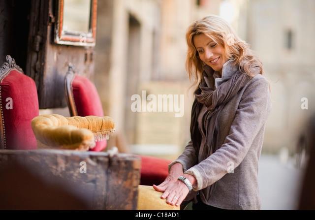 Frau staunen über antike Möbel Stockbild