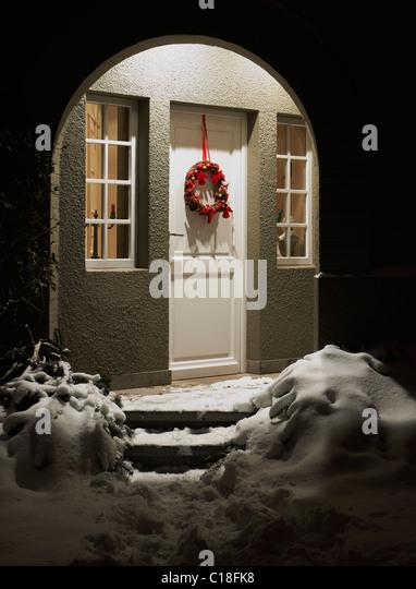 Eingang eines Hauses am Heiligabend Stockbild