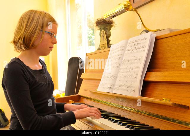 Mädchen mit dem Klavierspiel Stockbild