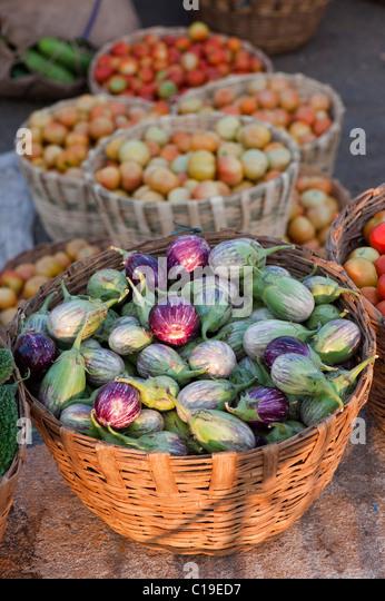 Auberginen / Auberginen, Tomaten in Körben auf einem indischen Markt Stockbild