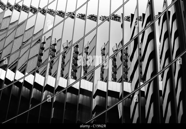 Das Lloyds-Gebäude spiegelt sich in der Willis-Gebäude auf der anderen Straßenseite. Stockbild