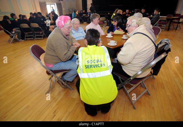 Opfer sammeln in Uckfield Civic Centre während Betrieb Wasserzeichen eine simulierte Flut Katastrophe Übung Stockbild
