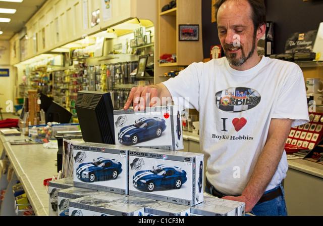 Hobby-Shop speichern mit Einzelhandel Mitarbeiter Modellautos anzeigen Stockbild