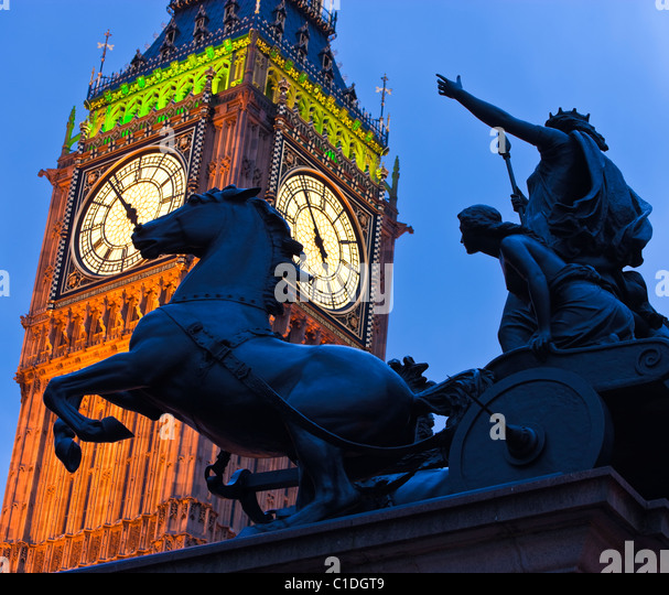 Big Ben und der Boadicea Chariot Westminster London England UK im Abendlicht Stockbild