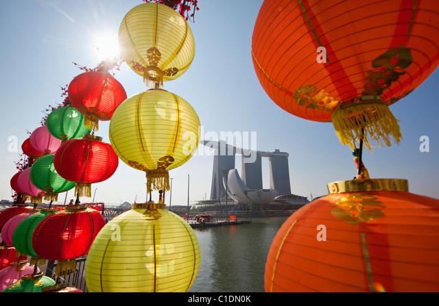 Das Marina Bay Sands Singapur betrachtet durch Chinese New Year Dekorationen.  Marina Bay, Singapur Stockbild