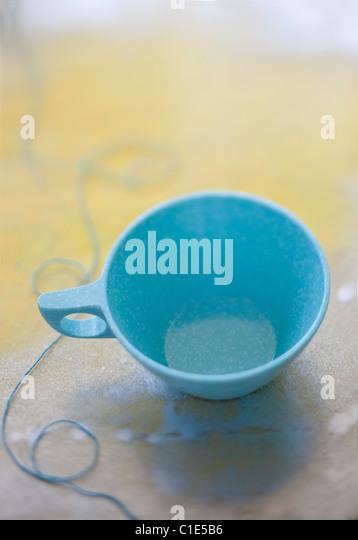 leichte blaue Kaffeetasse mit string Stockbild