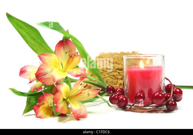 Wellness - Blume und Kerze auf einem weißen Hintergrund - Körperpflege Stockbild
