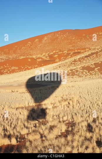 Schatten der Heißluft-Ballon über die Namib Wüste. Namib-Naukluft Park, Namibia Stockbild