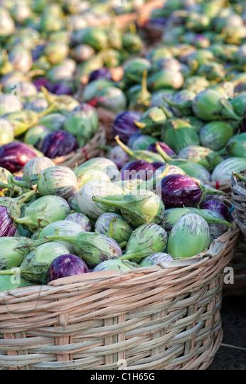 Indisches Gemüse. Auberginen / Aubergine oder Aubergine in Körben auf einem indischen Markt. Andhra Pradesh, Stockbild