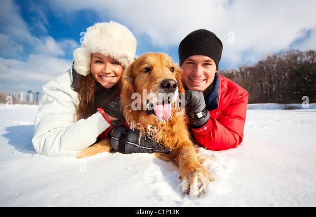 Junges Paar Porträt mit Hund Stockbild