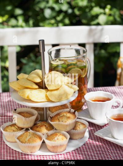 Tisch mit Speisen für Gartenparty Stockbild