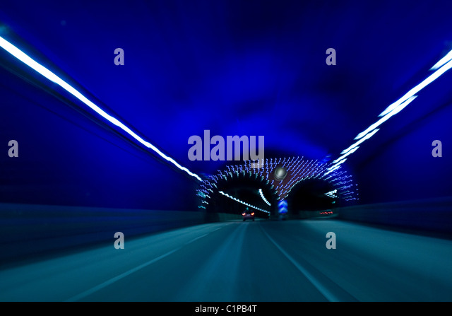 Fahrzeug durch tunnel Stockbild