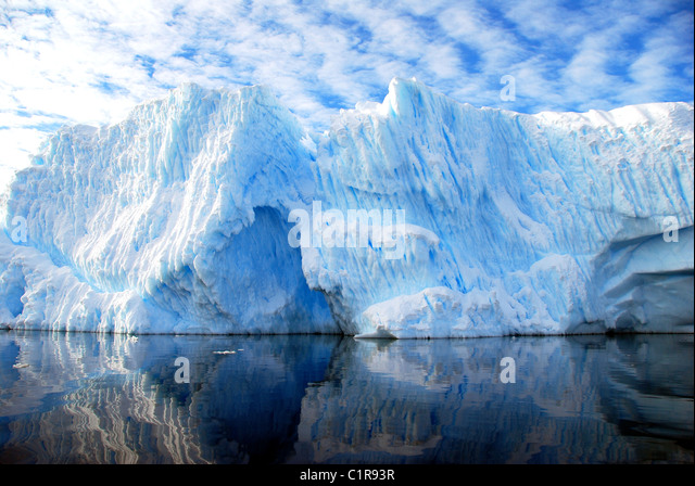 gekerbten Eisberg mit blauen Himmel und dramatische Wolken Stockbild