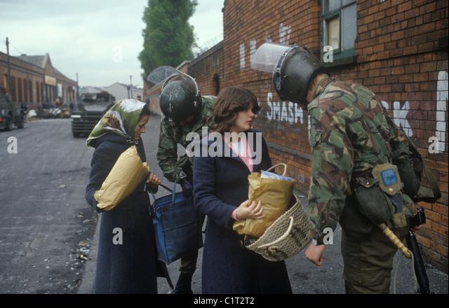Belfast die Mühen. 1980er Jahre britische Soldaten anhalten und durchsuchen, Frau und Tochter. HOMER SYKES Stockbild