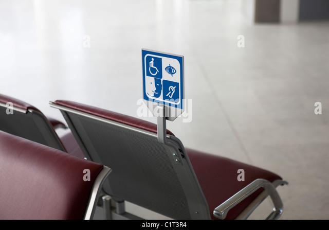 Melden Sie sich an Wartebereich Benennung Sitzgelegenheiten für Menschen mit Behinderungen Stockbild