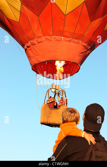 USA, California, Ripon, Zuschauern Heißluftballon in Farbe der Himmel Hot Air Balloon Festival ausziehen Stockbild