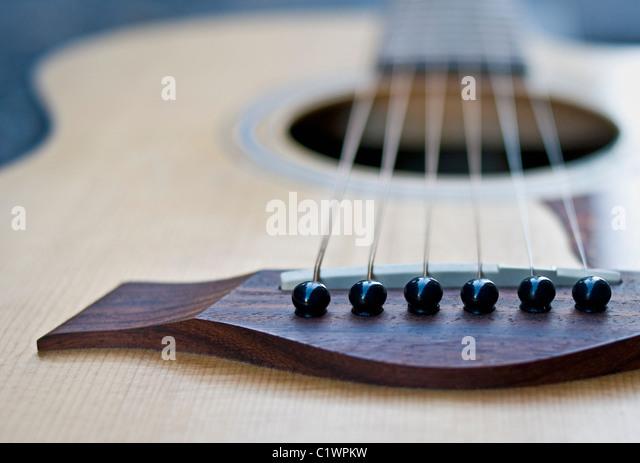 Nahaufnahme einer akustischen Gitarre. Stockbild