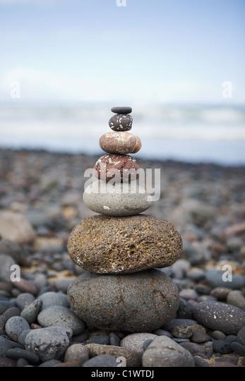 Stapel von Steinen am Strand Stockbild
