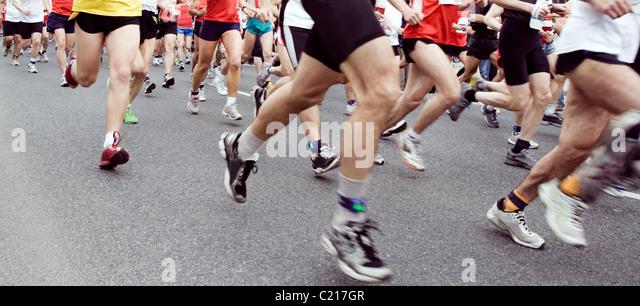Läufer laufen im Marathonlauf in Stadt Stockbild